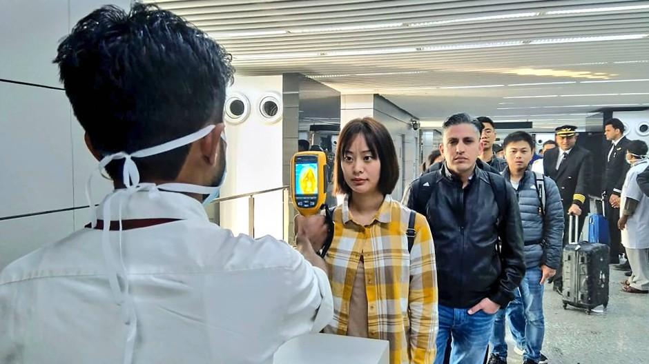 Passagiere werden am Flughafen von Kalkutta mit einer Wärmebildkamera gescannt. (Symbolbild)