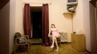 In einem Bordell in Berlin wartet die Sexarbeiterin Nelly auf Kunden