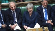 Theresa May im Parlament, David Lidington (l.) und Philip Hammond