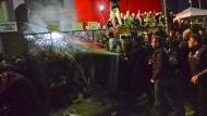 Nicht zimperlich: Polizisten in Zivil gehen mit Pfefferspray gegen Anhänger der Gülen-Bewegung vor, die am 28. Oktober dieses Jahres vor dem Sitz des Fernsehsenders Kanaltürk TV dagegen demonstrieren, dass der Medienkonzern Koza-Ipek-Gruppe unter staatliche Zwangsverwalter gestellt wurde.