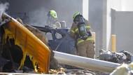 Das Wrack des ausgebrannten Flugzeuges