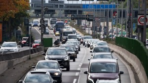 Lastwagenfahrer stoppt bewusstlosen Kollegen