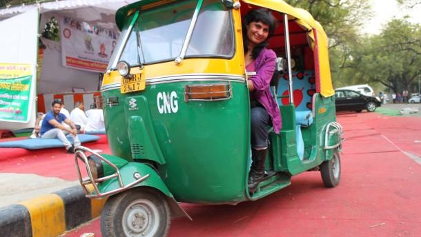 Langer weg auf den fahrersitz sunita chaudhary in ihrer autorikscha
