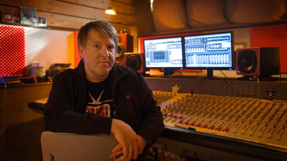 Der Musiker und Komponist Oliver Rüger in seinem Tonstudio in Offenbach Bieber im August 2009 (Archivbild)