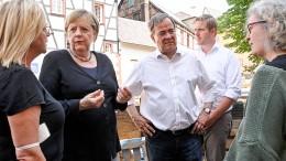 Merkel und Laschet sagen unbürokratische Soforthilfe zu