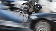 Damit Fußgänger und Radfahrer nicht zu Schaden kommen: E-Autos müssen in den Vereinigten Staaten Warntöne abgeben.