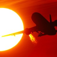 Der Sonne entgegen: Ein Flugzeug startet am Düsseldorfer Flughafen auf seine nächste Reise.