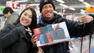 Japaner stehen für Nintendo Switch Schlange