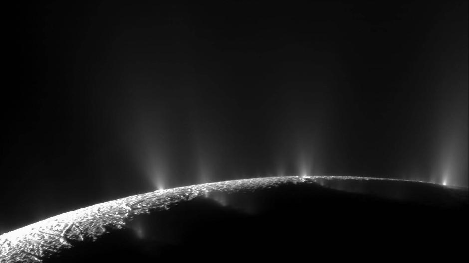 Cassini entdeckte dramatische Eisfontänen auf dem kleinen Saturnmond Enceladus.