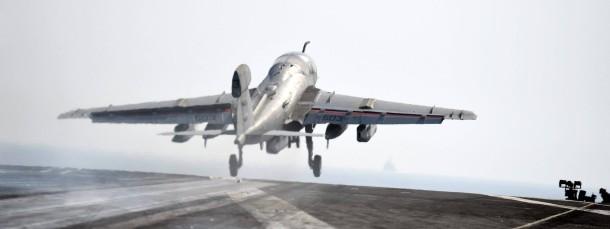 Ein amerikanisches Kampfflugzeug startet vom Deck des Flugzeuträgers USS George HW Bush zu einem Einsatz gegen den IS