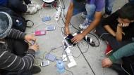 Bloß nicht ausgehen: Denn wenn das Handy keinen Strom mehr hat, sind die Flüchtlinge blind. Nur auf dem Smartphone können sie nachschauen, wo sie sind, wo sie hin müssen und wo sich ihre Freunde aufhalten.