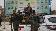 Mitglieder der kurdischen Sicherheitskräfte stehen auf einem Fahrzeug in der Stadt Manbidsch. (Archivbild)