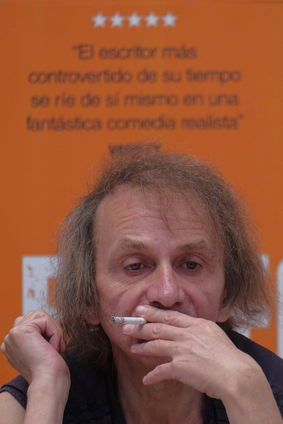 Die Zigarette zwischen den nikotingelben Fingern: Michel Houellebecqs typische Raucherpose