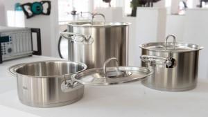 Kochtöpfe, Messgeräte und Möbel
