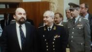 Der DDR-Abrüstungsminister Eppelmann (links) und sein Admiral