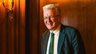 In der Bibliothek des Staatsministeriums: Winfried Kretschmann, bei dem Gespräch mit dem Frankfurter Allgemeine Magazin Gespräch ganz in Grün