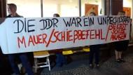 Demonstranten bei einer Lesung des ehemaligen SED-Funktionärs Egon Krenz Ende September 2014 in Berlin