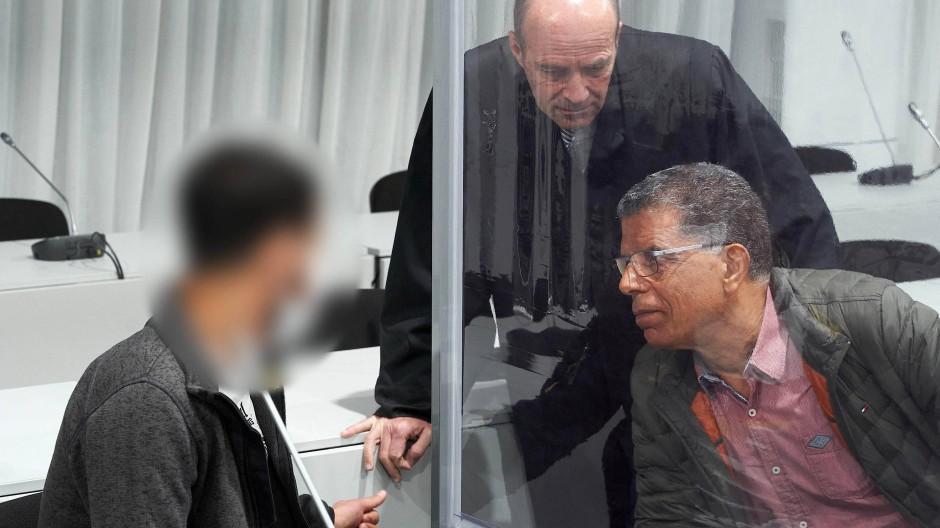 Der Angeklagte mit Übersetzer und Verteidiger im Gericht