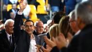 Keiner soll leer ausgehen:Ministerpräsident Tsipras, umgeben von seinen Anhängern nach einer Rede in Thessaloniki