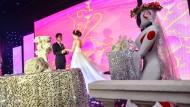 Mit Blütenkranz und Schleier: Ein Brautpaar im nordchinesischen Tianjin nutzt den Roboter eines ortsansässigen Technik-Unternehmens als Brautjungfer.