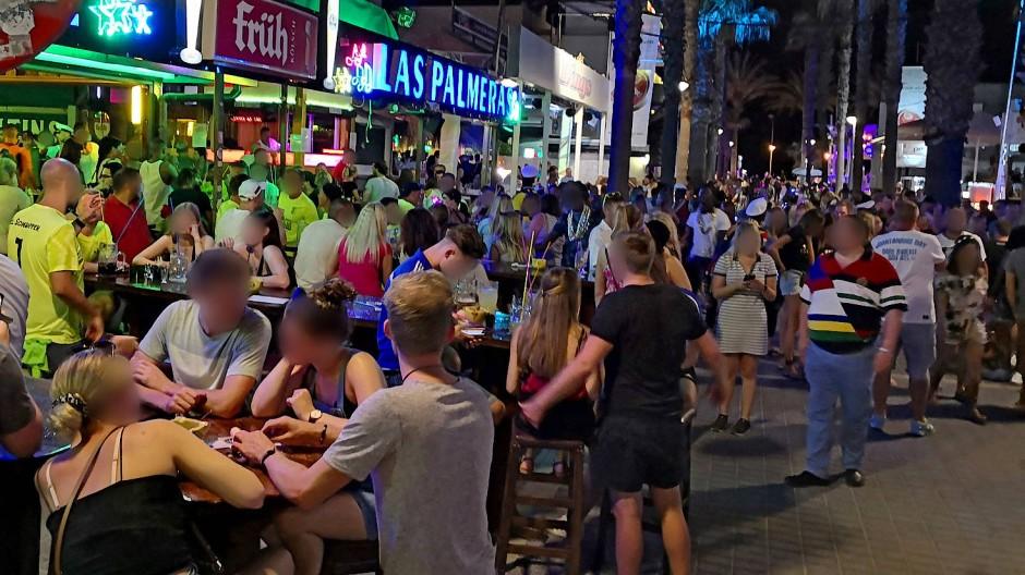 Dicht gedrängt sitzen die Feiernden am vergangenen Wochenende auf der Bierstraße.
