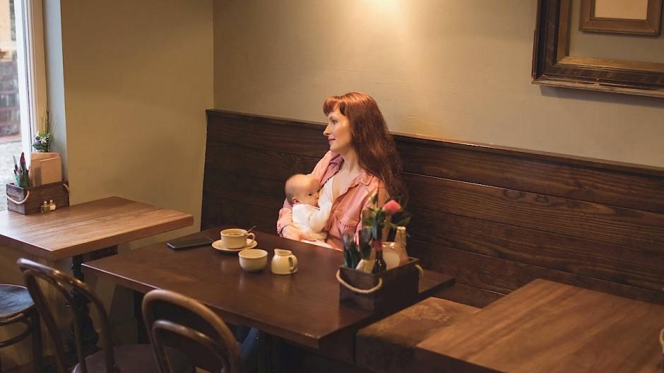 Im öffentlichen Diskurs ist Stillen keineswegs etwas Selbstverständliches, dafür sind auch die Medien verantwortlich. Frauen, die etwa in Restaurants stillen, ernten immer noch schiefe Blicke.