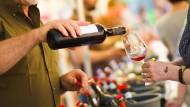 In Deutschland trinken insbesondere gutsituierte Männer im Alter zwischen 55 und 64 häufig mehr als das berühmte eine Glas. Was es kostet, ist ihnen eher egal.