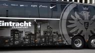 Mit Adler und Skyline: Am Wochenende wird die Eintracht mit ihrem Mannschaftsbus nach Dortmund fahren.