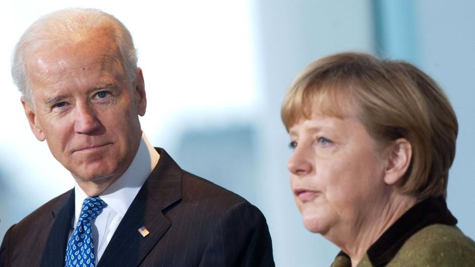 Auf diesem Archivbild von 2013 empfängt Bundeskanzlerin Angela Merkel (CDU) den damaligen US-Vizepräsidenten Joe Biden im Kanzleramt.