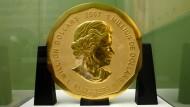 Die 100 Kilogramm schwere Goldmünze «Big Maple Leaf» steht im Bode-Museum in Berlin. (Archiv)
