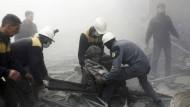 Zivilschutzarbeiter bei der Versorgung eines Verwundeten nach Luftangriffen in Ghuta Anfang Februar