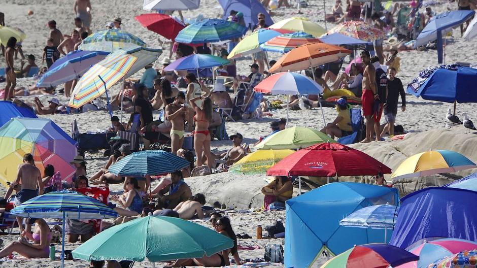 Juli 2020: Badegäste drängen sich am Strand Windansea Beach im Stadtteil La Jolla von San Diego.