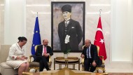Vor dem Gemälde des Staatsgründers: EU-Parlamentspräsident Schulz mit dem Gouverneur von Ankara am Flughafen.