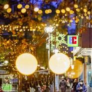 Besinnliche Lichter in ungewissen Zeiten: Auf der Frankfurter Berger Straße kommt auch in Corona-Zeiten etwas Weihnachtsstimmung auf.