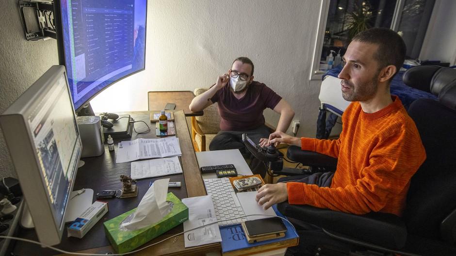 Immer auf Hilfe angewiesen: Auch Robin Kress (rechts) hofft nun, von der Gerichtsentscheidung zu profitieren.