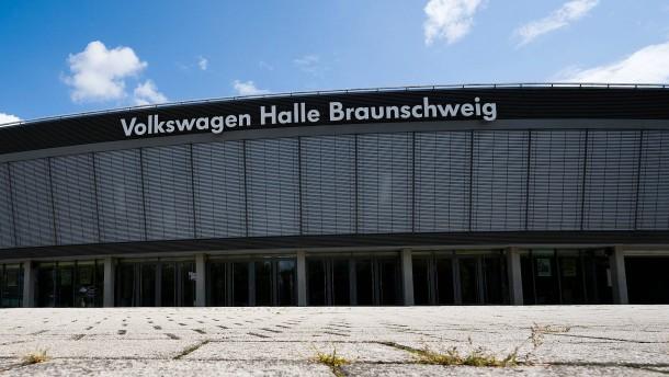 Name von Volkswagen-Halle wird während AfD-Parteitag abgedeckt