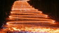 """26. Februar 2017. Im sibirischen Schelesnogorsk – einer 1950 zum Abbau von Plutonium gegründeten Stadt – """"erstrahlen"""" Hunderte von Skifahrern und Snowboardern. Mit Fackeln und Taschenlampen verwandeln sie ihre Pistenabfahrt in ein Lichtspektakel."""