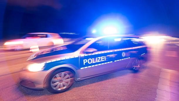 Autofahrer wird von 25 Polizeistreifen und Hubschrauber verfolgt