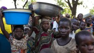 Mit Lebensmittelgutscheinen im Wert von 4,50 Euro pro Person können die Flüchtlinge im nahegelegenen Ort einkaufen.