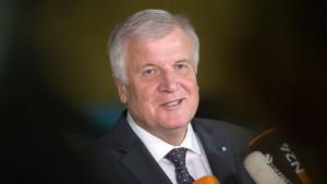 Seehofer: Ohne Obergrenze ist Humanität in Gefahr