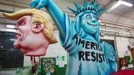 """Anspielung auf das umstrittene """"Spiegel""""-Cover, auf dem Trump die Freiheitsstatue geköpft hatte."""