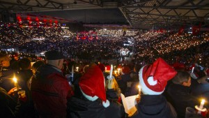 Knapp 30.000 Fußballfans singen Weihnachtslieder