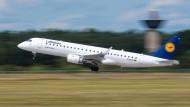 Schneller hin und her: Ein Kurzstreckenflugzeug der Lufthansa am Flughafen Hannover.