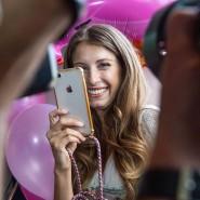 Das Handy als wichtigstes Arbeitstool: Influencerin Cathy Hummels, 565.000 Abonnenten, wird bei einem Pressetermin fotografiert.