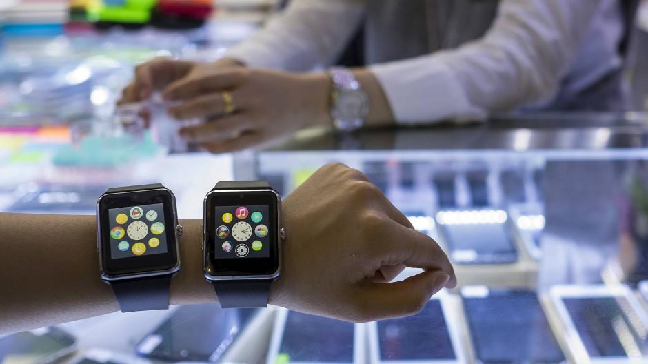Während chinesische Händler wie hier in Shenzhen billige Imitate von Apple Watch und iPhone verkaufen, könnten die Originalprodukte in Amerika durch neue Importzölle gegen China deutlich teurer werden.