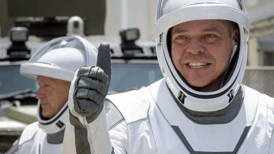 Daumen hoch: Robert Behnken (links) und Douglas Hurley sind sicher auf der ISS gelandet