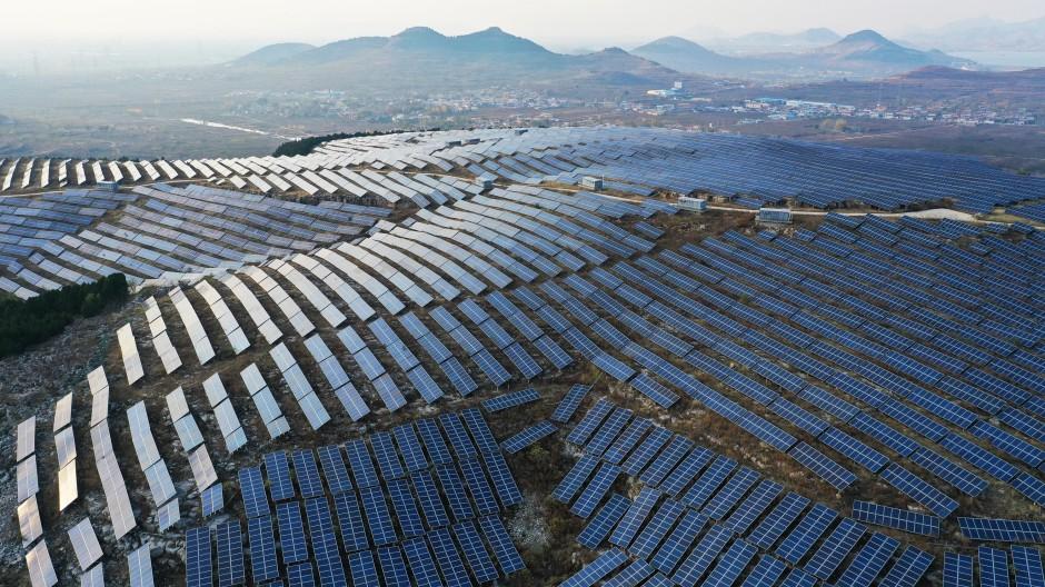 Ein Solarkraftwerk oberhalb der Stadt Zaozhuang im Nordosten Chinas