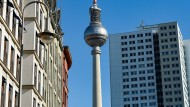 Berlin: Der Fernsehturm ist zwischen sanierten Altbauten und einem Plattenbau-Hochhaus zu sehen.
