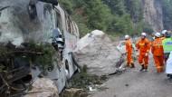 Ein Bus wurde von einem durch das Erdbeben gelösten Felsbrocken getroffen.