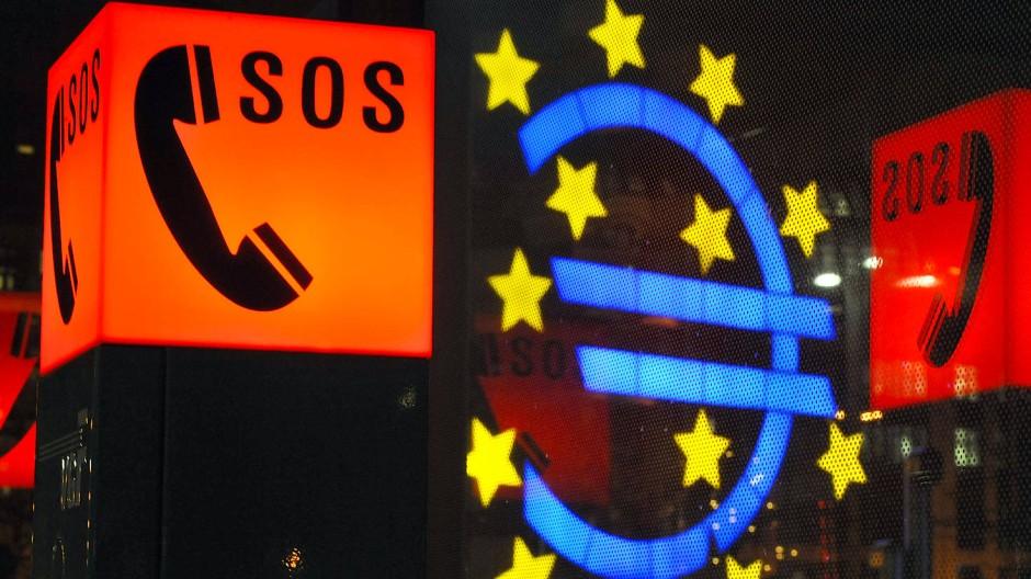 SOS – einfach irgendwo anrufen, und dann kommt Hilfe: Wenn das mal so einfach wäre. Auch die Euro-Krise, unser Bild stammt aus der EZB-Stadt Frankfurt, kann jederzeit wieder ausbrechen.